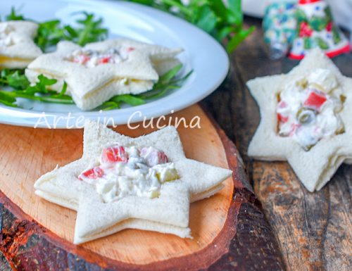 Tartine con insalata russa a forma di stella