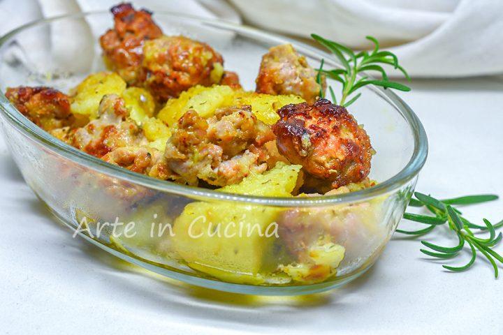 Salsiccia e patate gratinate al forno in teglia