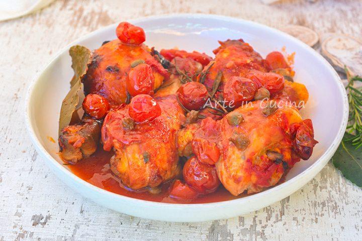 Cosce di pollo capperi e pomodoro
