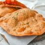 Sfoglie di pane senza lievito olive e pomodoro