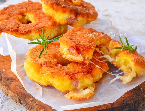 Ciambelle di patate e speck in padella veloci