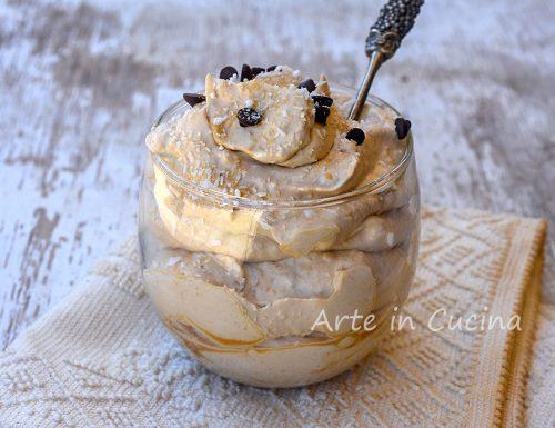 Coppa caffè e cocco dolce al cucchiaio