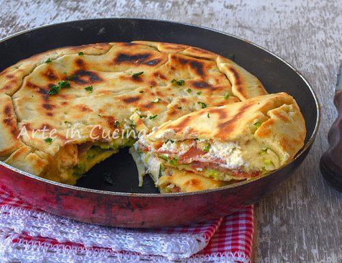 Focaccia schiacciata con mortadella e zucchine in padella