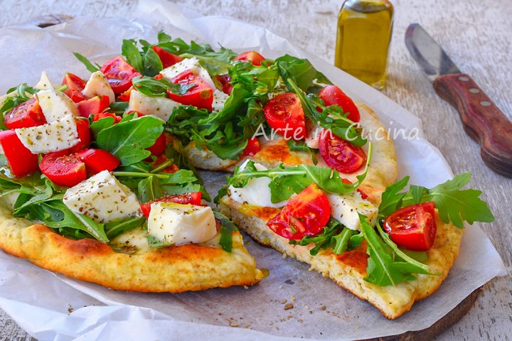 Pizza focaccia veloce in padella rucola e pomodorini