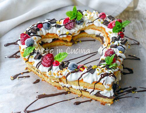 Cream tart cuore di San Valentino con pan di spagna