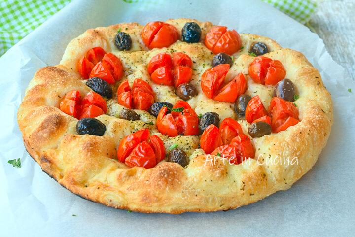 Pizza pomodori e olive soffice