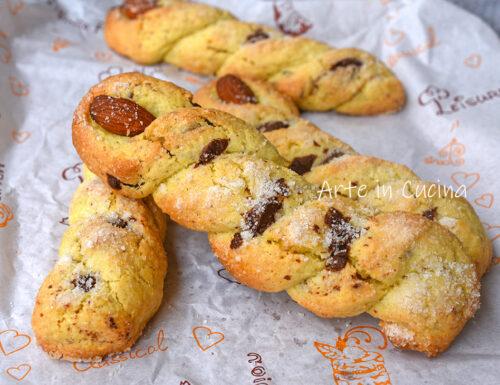 Treccine di biscotti mandorle e cioccolato
