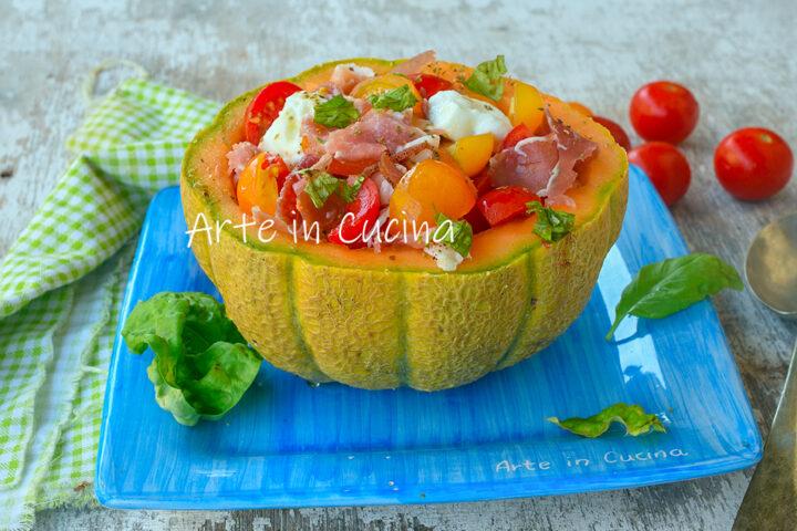 Insalata nel melone con speck e mozzarella