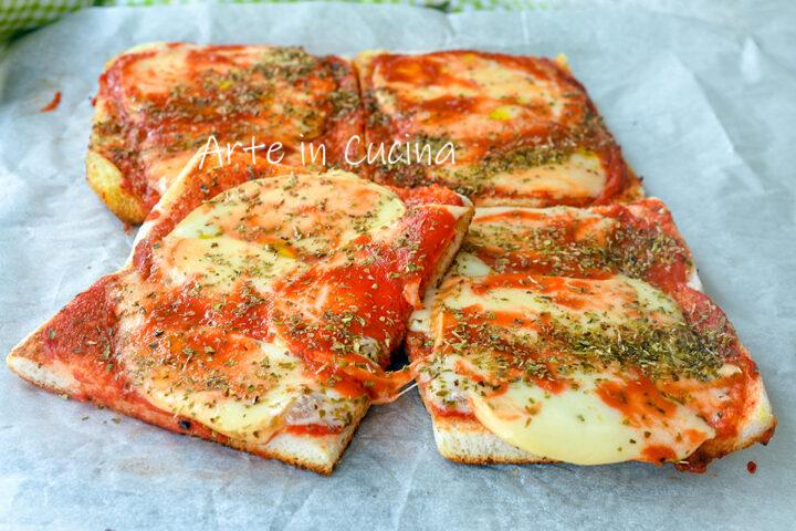 Pizza di pancarrè mozzarella e pomodoro in padella