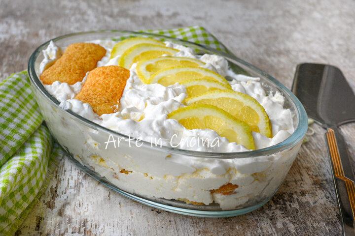 Dolce cremoso al limone e crema con pavesini