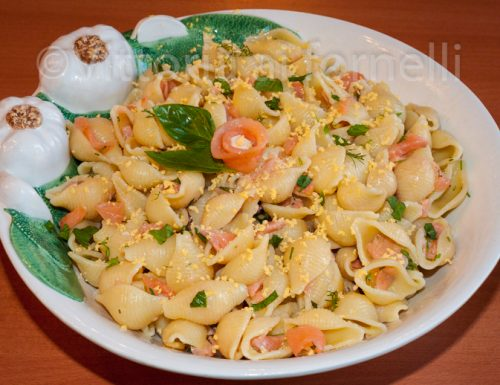 Insalata di pasta con salmone affumicato ed erbe aromatiche