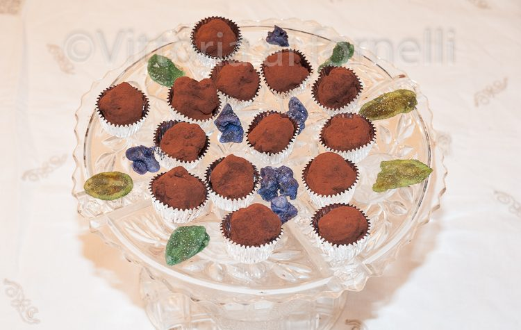 Tartufini di cioccolato all'arancia, ricetta golosa