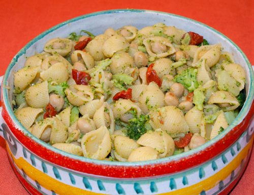Pasta e ceci con broccoli e pomodori secchi