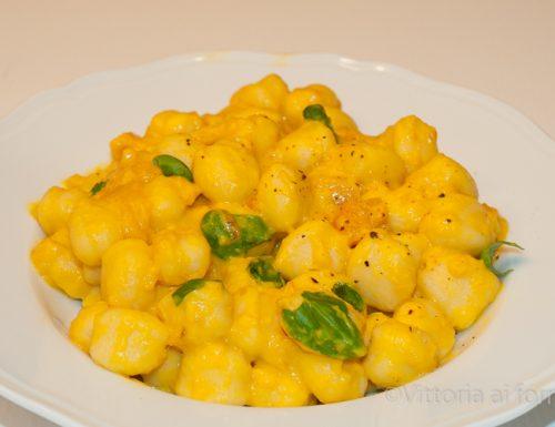 Gnocchi di patate con peperoni e caprino
