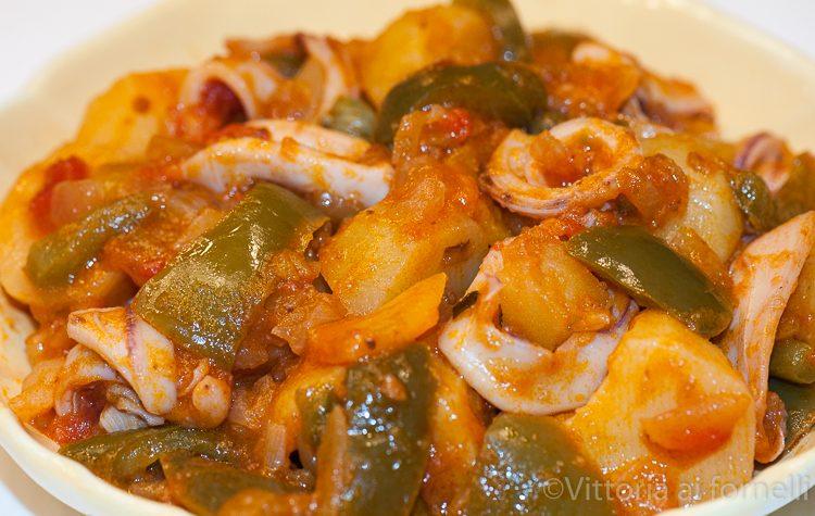 Calamari con patate e peperoni, ricetta estiva