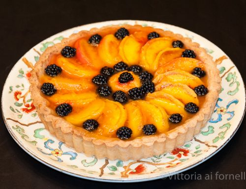 Crostata di pesche e more