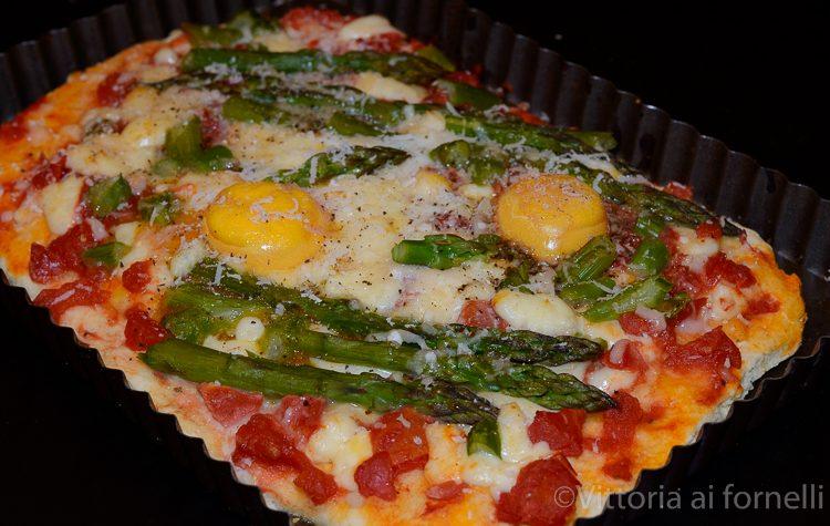 Pizza con asparagi e uova, ricetta sfiziosa