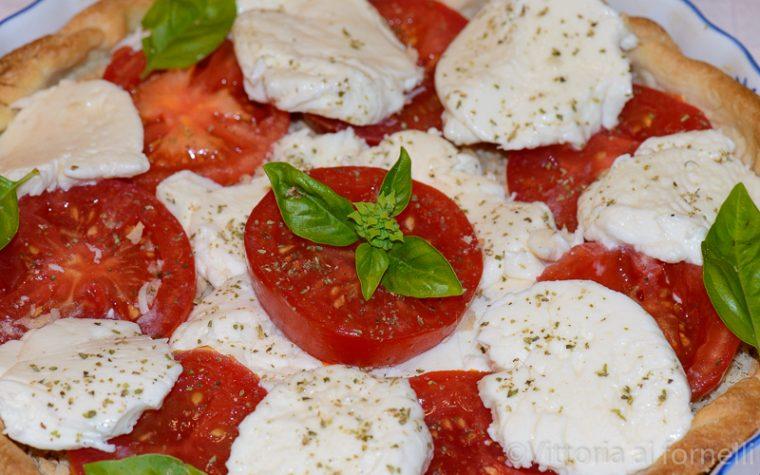 Caprese in crosta, fresca e veloce torta salata