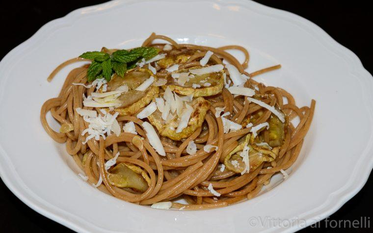 Spaghetti con la zucchina fritta, ricetta siciliana