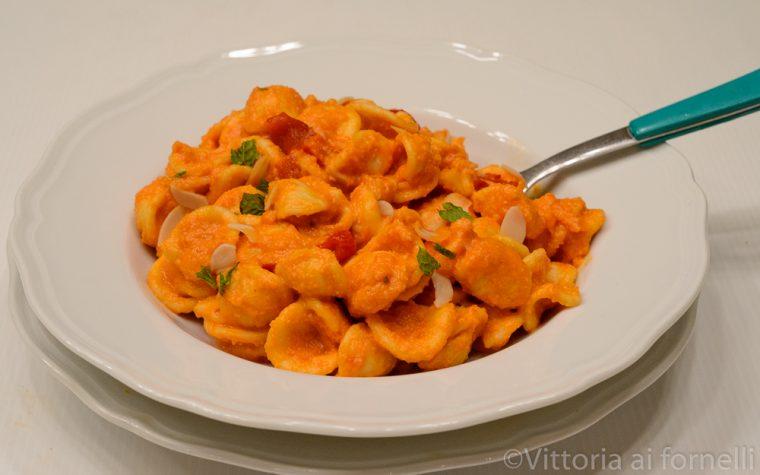 Pasta con crema di peperoni, mandorle e mollica