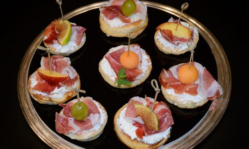 Blinis con culatello, caprino e frutta