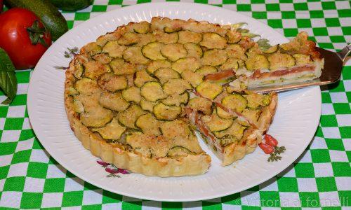 Torta salata alle zucchine con mozzarella e pomodoro