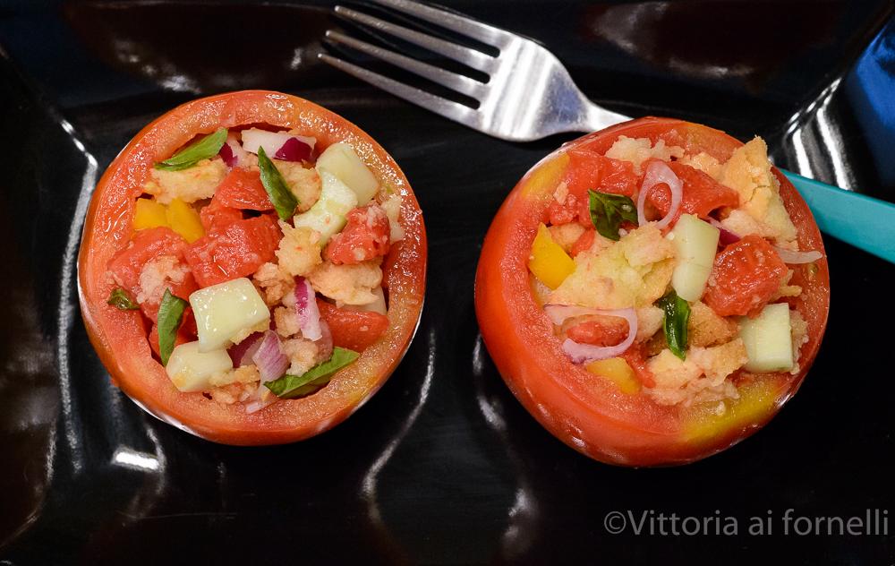 Panzanella toscana nei pomodori