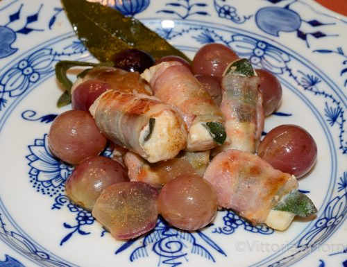 Involtini di pollo con bacon, salvia e uva