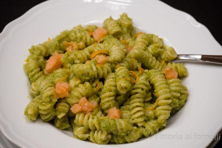 pasta con crema di broccoli, salmone, arancia