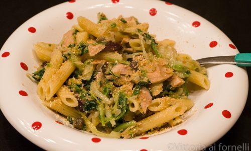 Pasta con tonno, scarola e olive