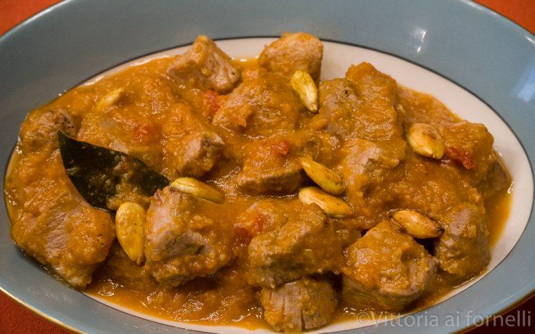 Bocconcini di maiale in umido con frutta secca e spezie