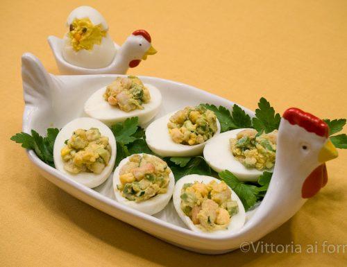 Uova sode ripiene con gamberetti, avocado e zucchine