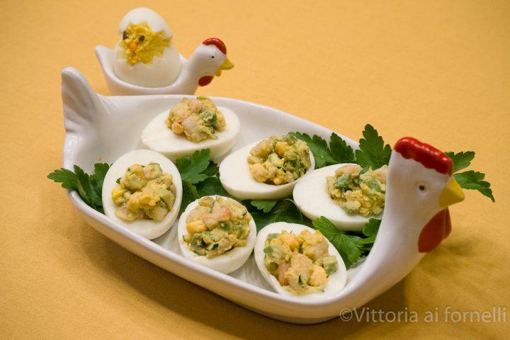 uova sode ripiene con avocado gamberi e zucchine