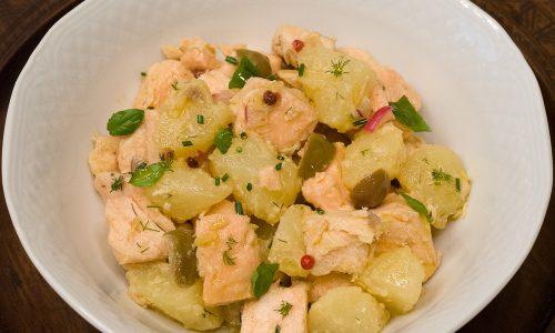 Insalata di salmone fresco e patate alle erbe
