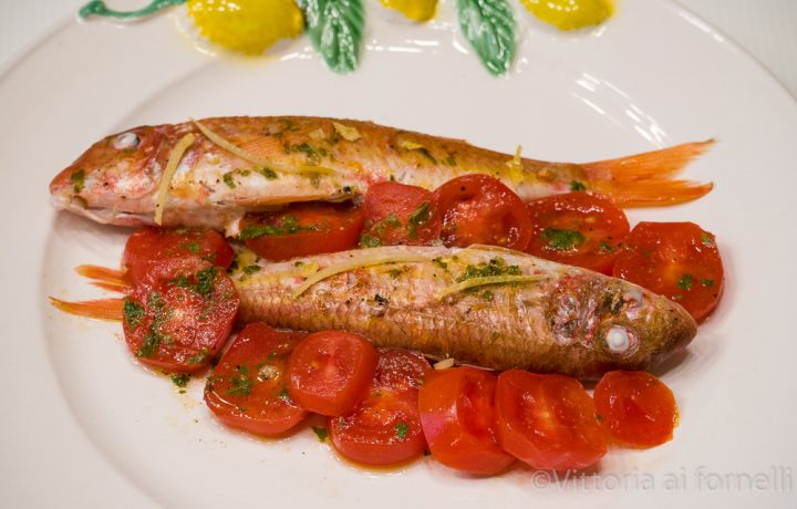 Triglie in padella con erbe aromatiche, spezie e pomodori marinati