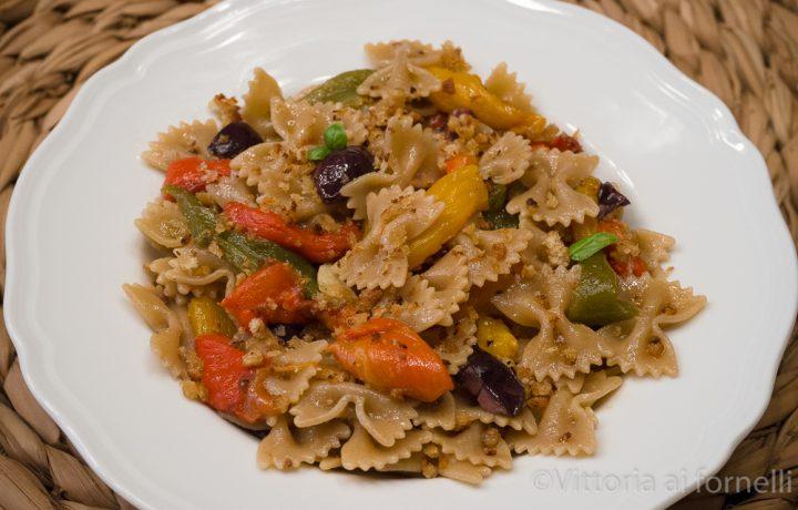 Pasta integrale con peperoni, olive e mollica
