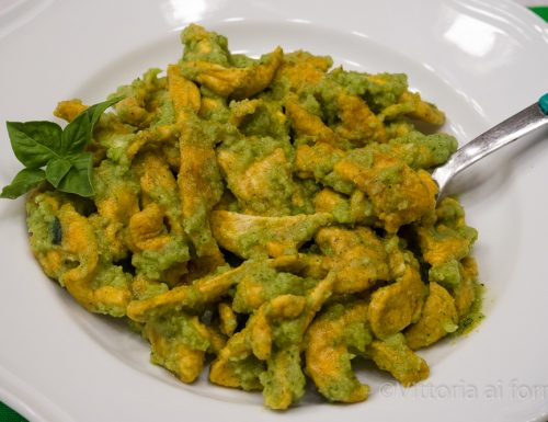 Straccetti di pollo speziati con pesto di zucchine