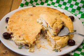 torta di patate farcita con formaggio, pomodoro e olive