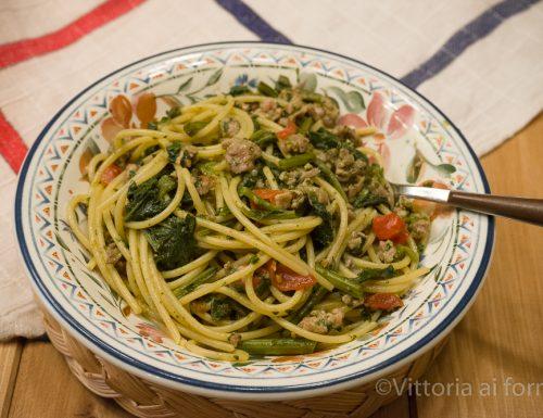 Spaghetti con salsiccia e cavolicelli, ricetta siciliana