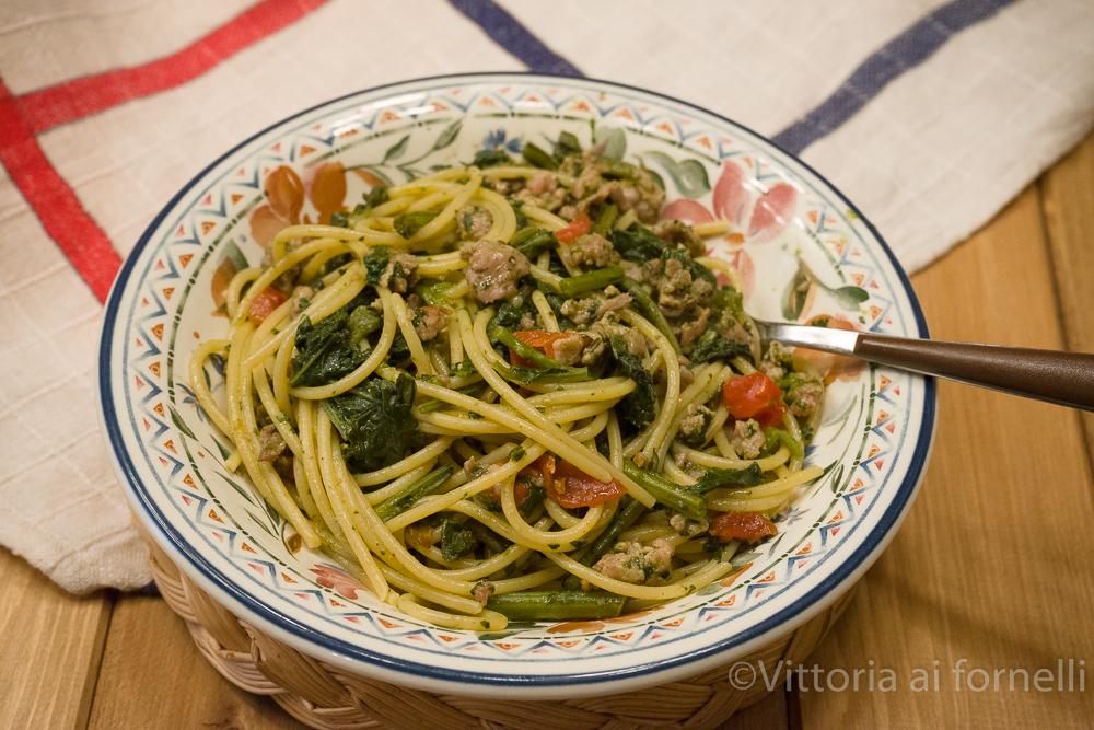 Spaghetti con salsiccia e cavolicelli