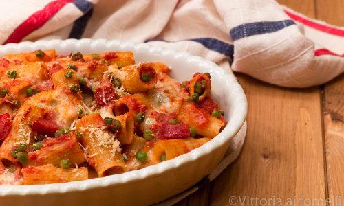 Rigatoni al forno con provola affumicata, salame e piselli