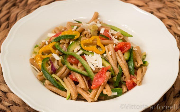Pasta all'ortolana con tris di verdure e ricotta salata