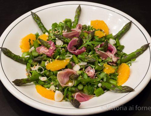 Insalata di asparagi con arancia, rucola e prosciutto