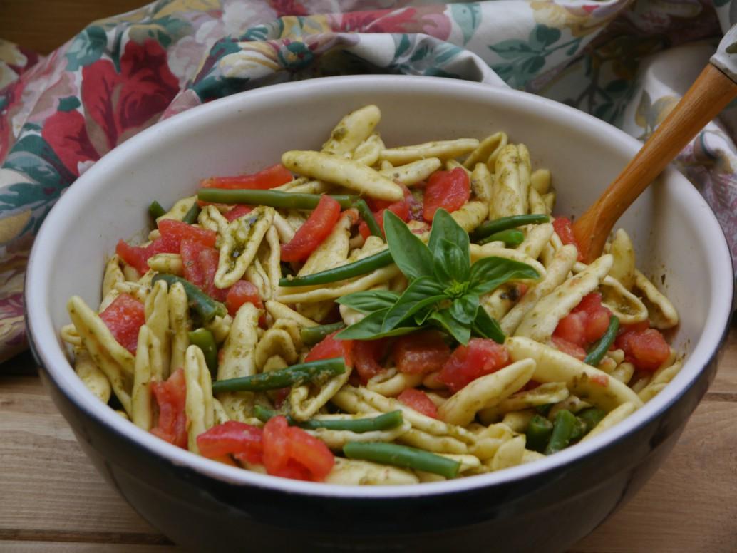 insalata di pasta con pesto, fagiolini e pomodori