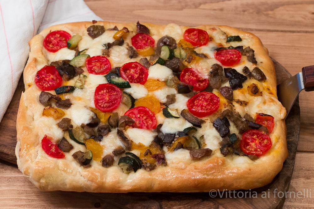 Focaccia con verdure, pecorino e olive