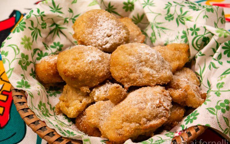 Frittelle dolci di pane con mandorle, arancia e cannella