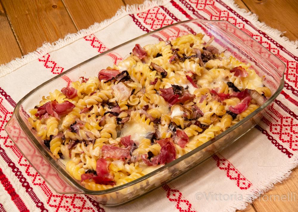 pasta al forno con radicchio, bacon e scamorza affumicata