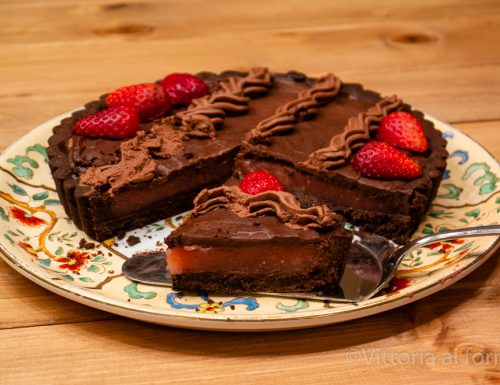 Crostata al cacao con crema di fragole e cioccolato fondente