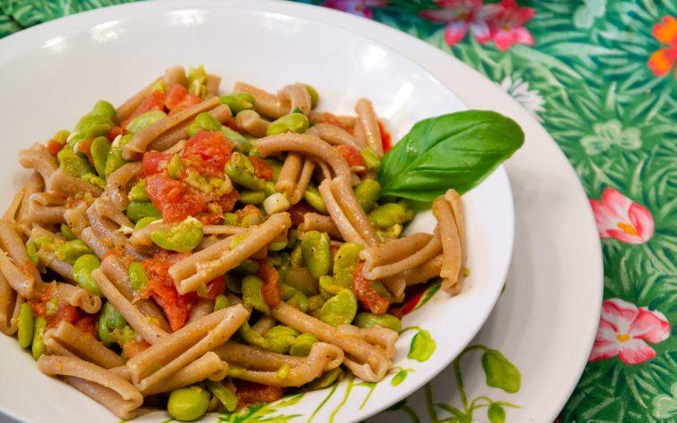 Pasta con fave, pomodori e pecorino