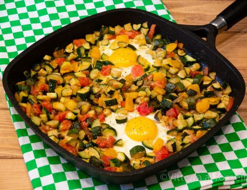 Uova in padella con dadolata di verdure croccanti